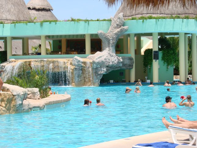 All-Inclusive-Resorts-Travis-Paquin-Dream-Vacation-Iberostar -Paraiso-Maya-Swim-Up
