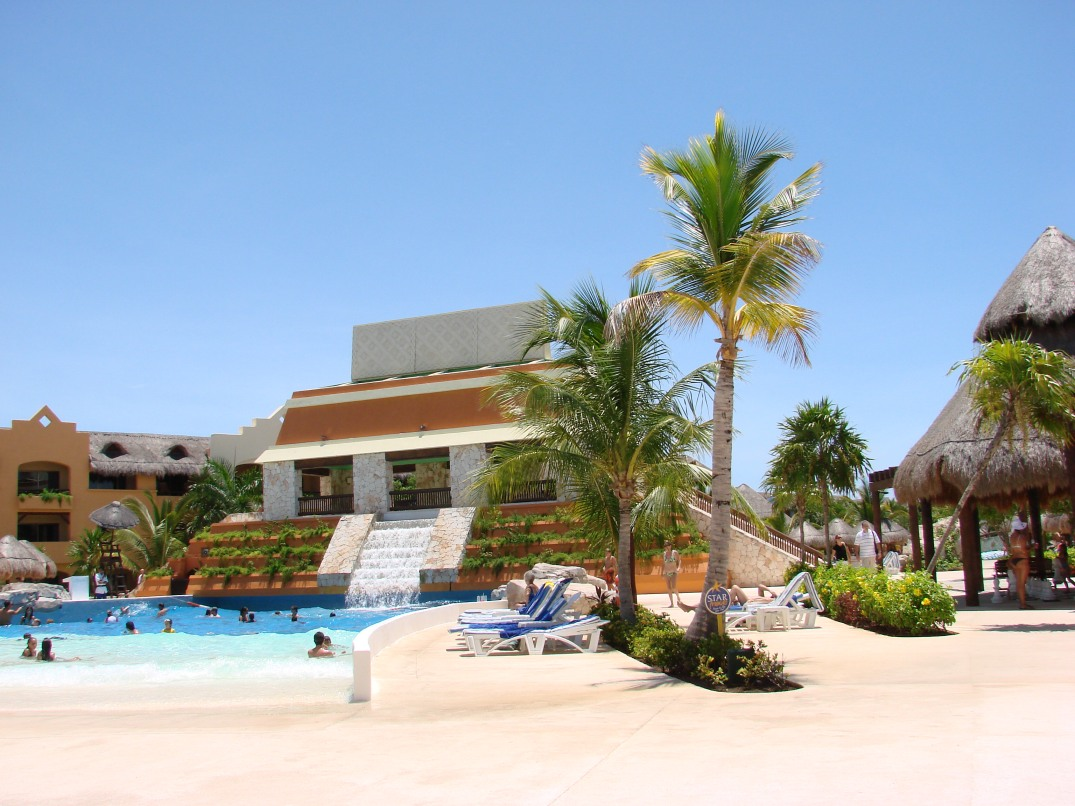 All-Inclusive-Resorts-Travis-Paquin-Dream-Vacation-Iberostar -Paraiso-Maya-wave-pool2